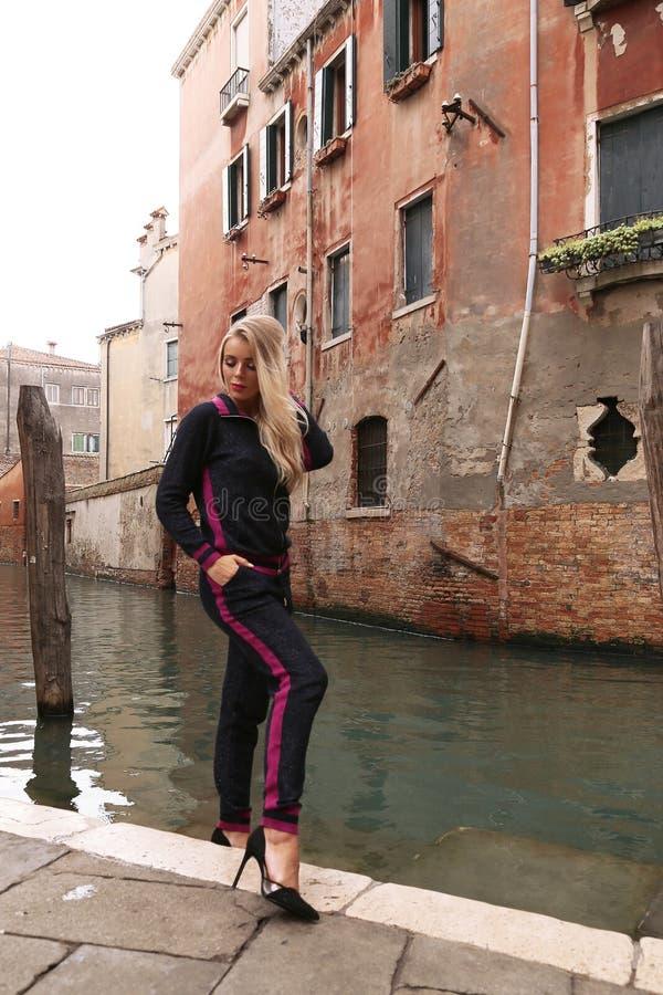 PiÄ™kna kobieta z blondynem w wygodnym przypadkowym kostiumu pozuje w Wenecja obrazy stock