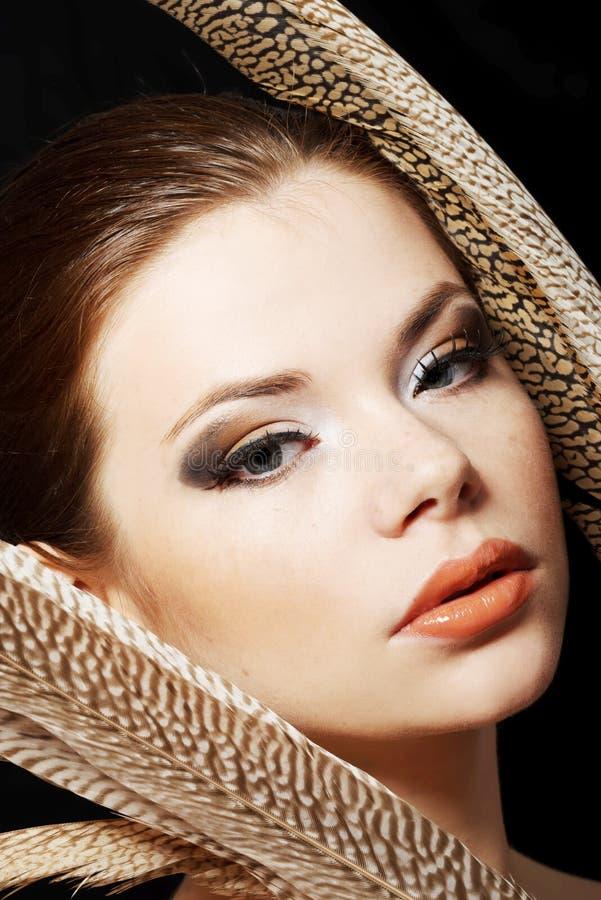 Piękna kobieta z brown fachowym makijażem zdjęcia stock