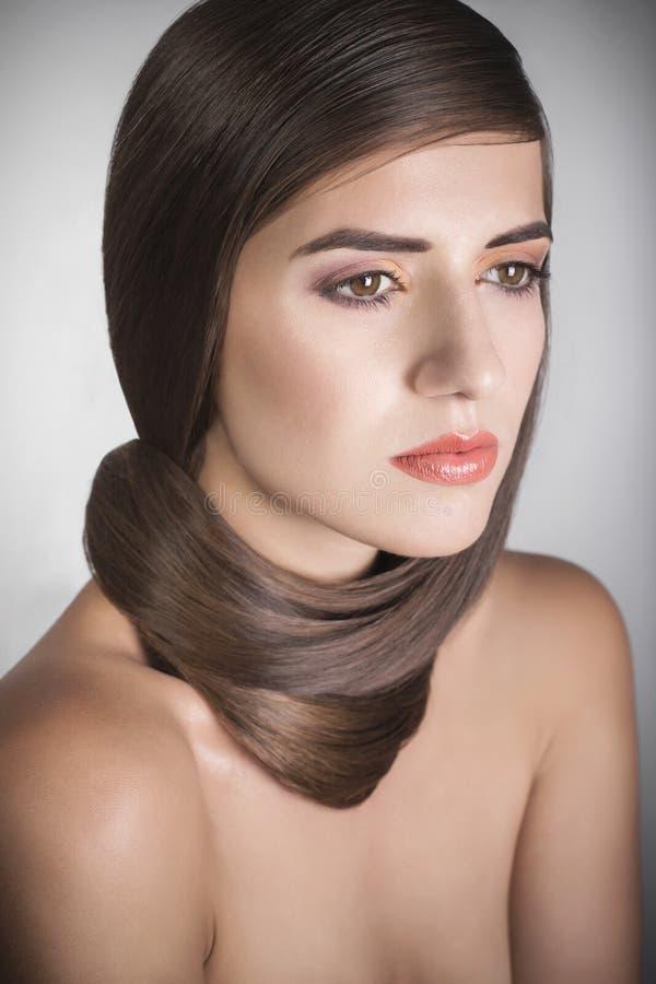 Piękna kobieta z brown prostym włosy zdjęcia stock