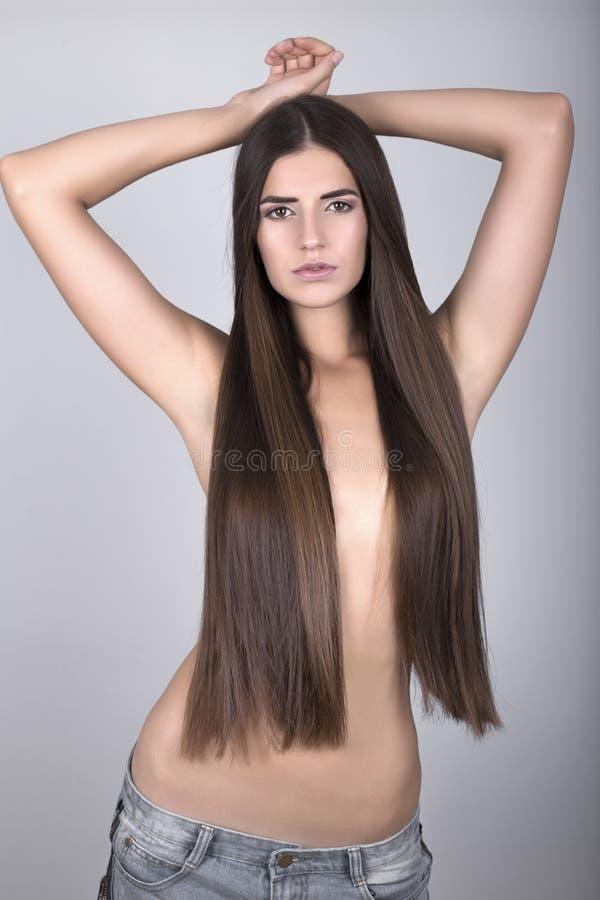 Piękna kobieta z brown prostym włosy obrazy stock