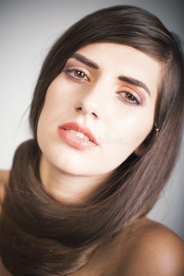 Piękna kobieta z brown prostym włosy zdjęcie royalty free