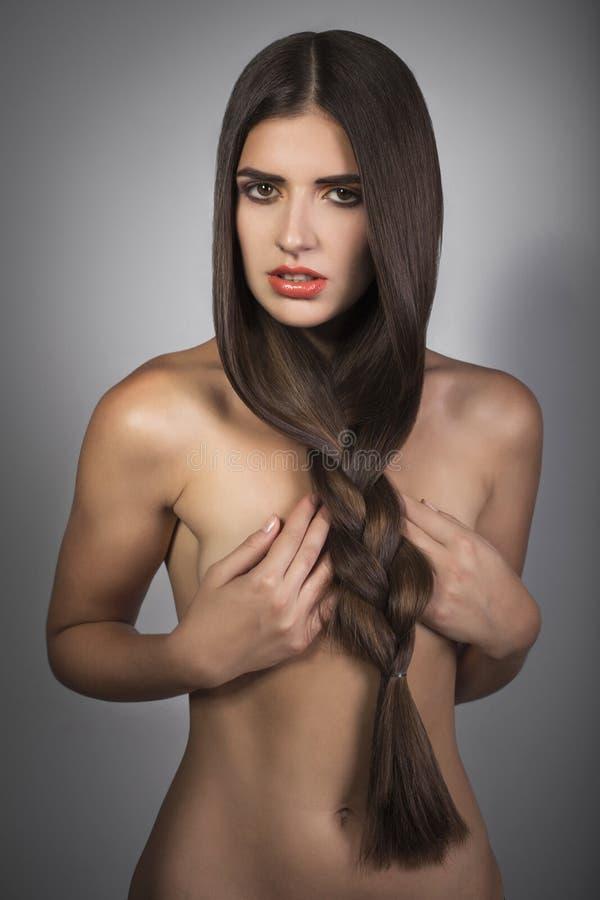 Piękna kobieta z brown prostym włosy zdjęcia royalty free