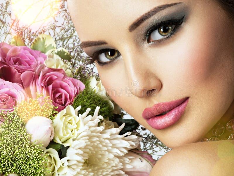 Piękna kobieta z bukietem świeży spting kwitnie przy twarzą zdjęcie royalty free