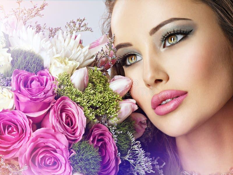 Piękna kobieta z bukietem świeży spting kwitnie przy twarzą zdjęcia stock