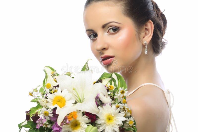 Piękna kobieta z bukietem różni kwiaty fotografia stock