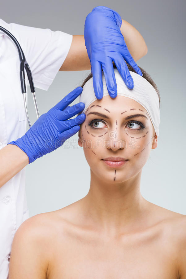 Piękna kobieta z chirurgią plastyczną, rysującą, chirurg plastyczny ręki zdjęcia royalty free
