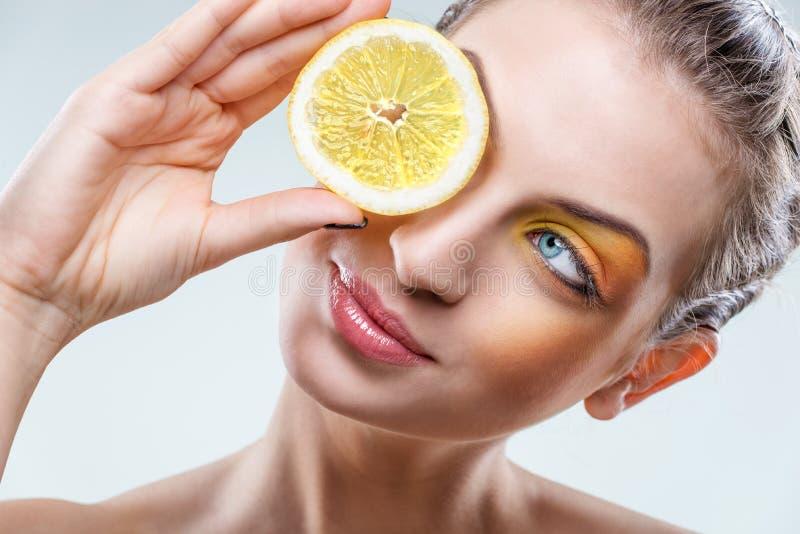 Piękna kobieta z cytryną i koloru żółtego makeup zdjęcie stock
