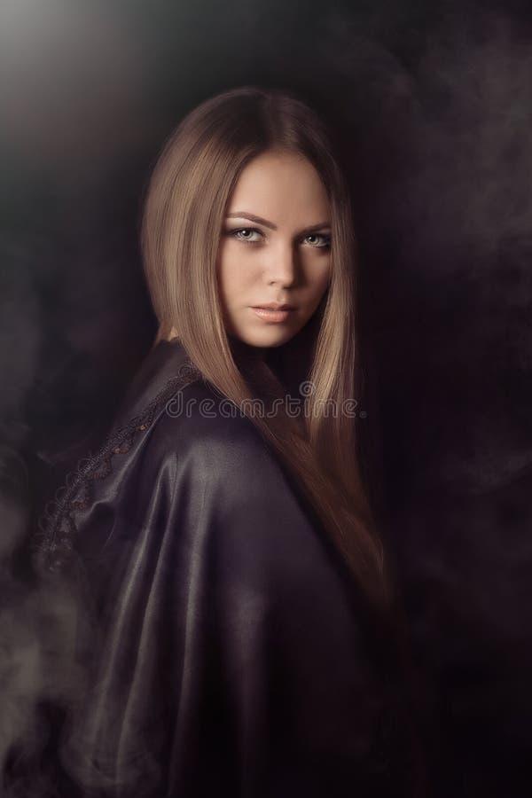 Piękna kobieta z czarną peleryną zdjęcia stock