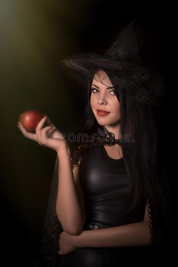 Piękna kobieta z czarną peleryną fotografia royalty free