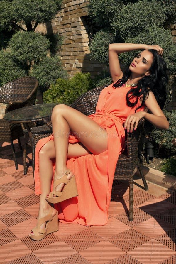 Piękna kobieta z czarni włosy w eleganckiej sukni zdjęcie royalty free