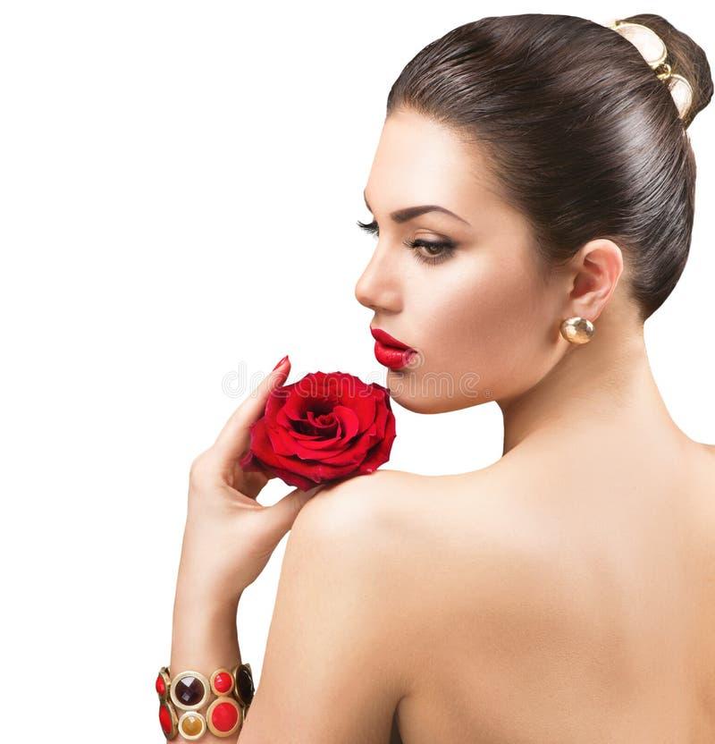 Piękna kobieta z czerwieni różą zdjęcie royalty free