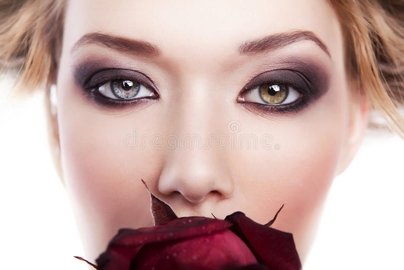 Piękna kobieta z czerwieni różą w usta obraz royalty free