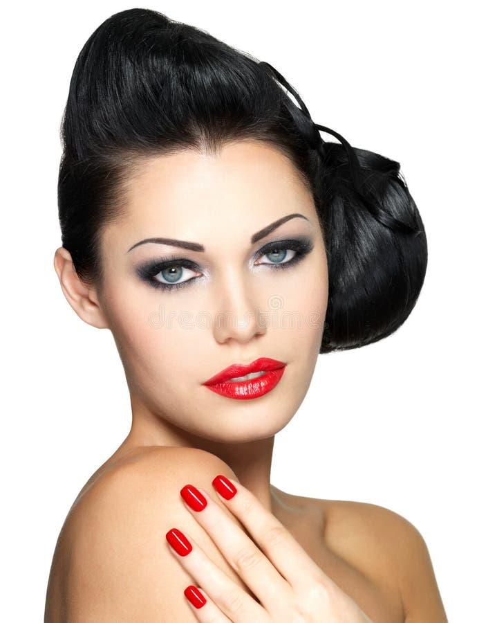 Piękna kobieta z czerwonymi gwoździami i mody makeup obraz royalty free