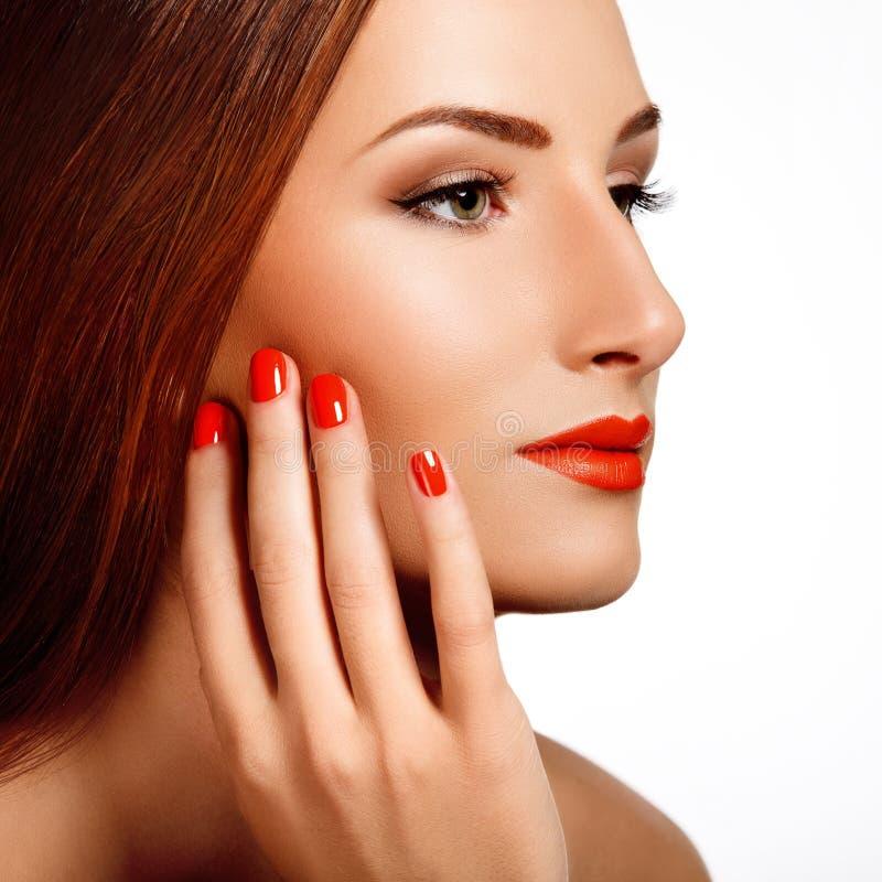 Piękna kobieta Z Czerwonymi gwoździami. Makeup i manicure. Czerwone wargi fotografia stock