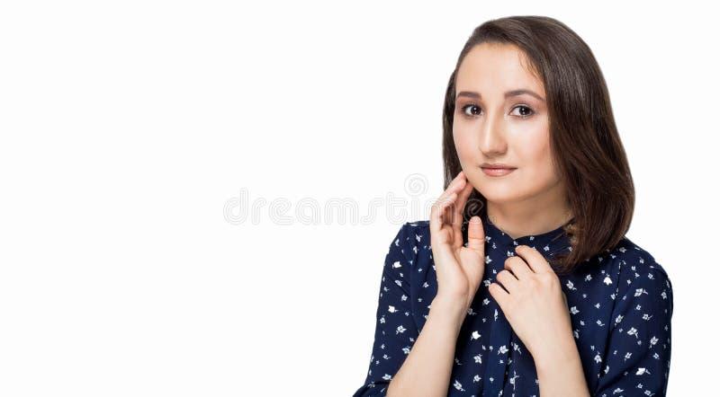 Piękna kobieta z czystą skórą, naturalny makeup na białym tle Zdrój, opieka, zdrowie, kosmetyków pojęcia zdjęcia stock
