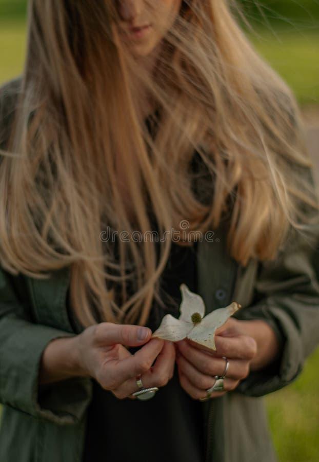 Piękna kobieta z długie włosy mienie kwiatem Ręki z pierścionku boho eleganckimi akcesoriami ?adny ostro?? obraz stock