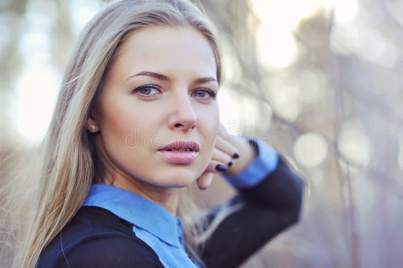 Piękna kobieta z długim blondynem blisko portret obraz royalty free