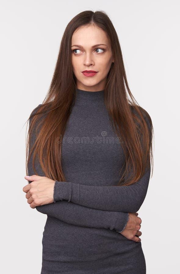 Piękna kobieta z długim brązu włosy odizolowywającym na popielatym fotografia stock
