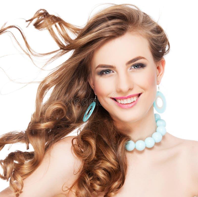 Piękna kobieta z długim kędzierzawym brown włosy zdjęcie stock