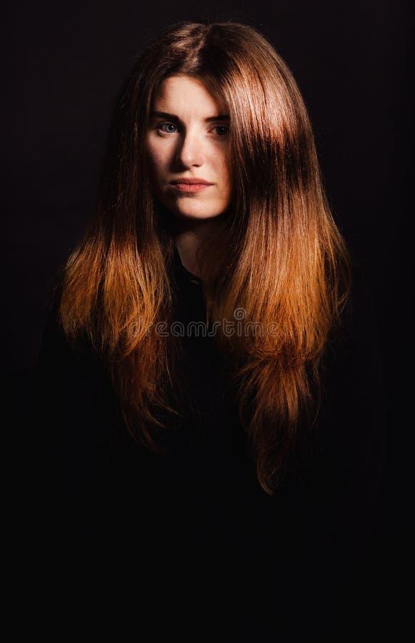 Piękna kobieta z długimi fryzur pozami przy studiiem fotografia royalty free