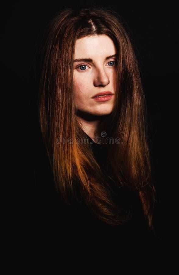 Piękna kobieta z długimi fryzur pozami przy studiiem obraz royalty free