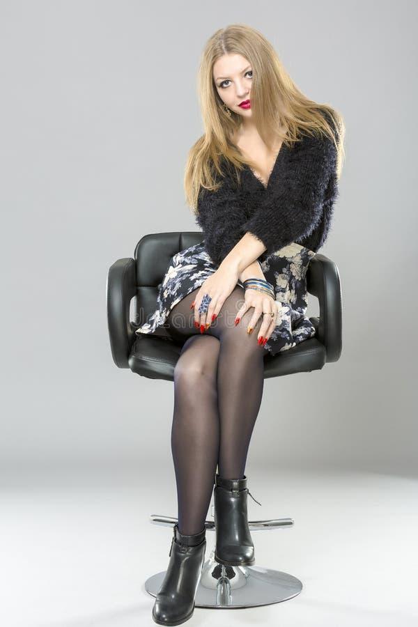 Piękna kobieta z długimi nogami ubierał elegancki pozować w st zdjęcia royalty free