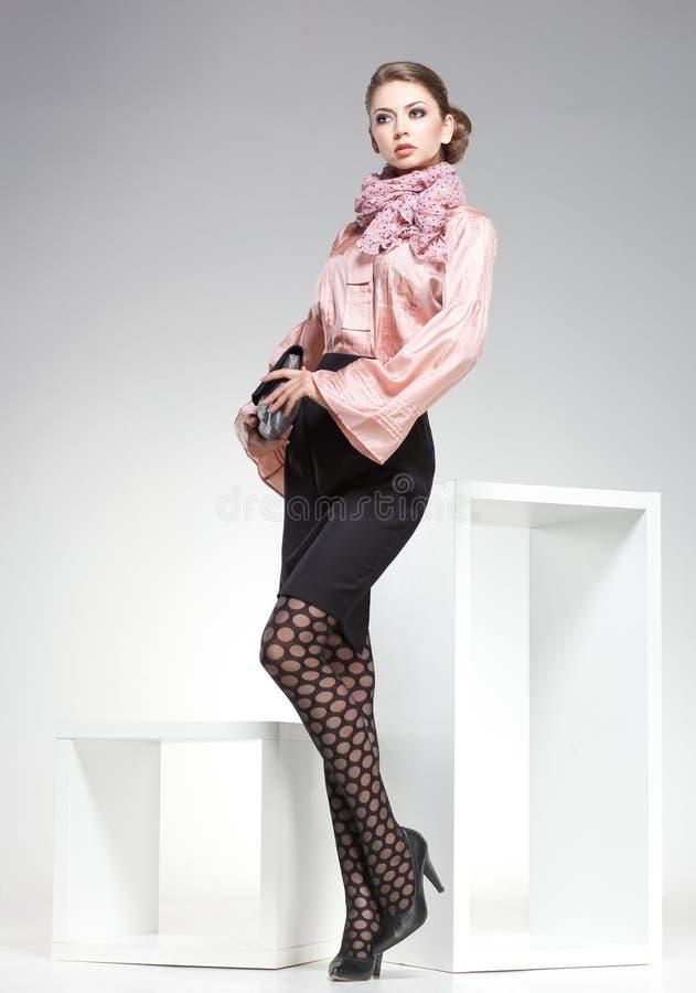 Piękna kobieta z długimi seksownymi nogami ubierał elegancki pozować w studiu obraz stock