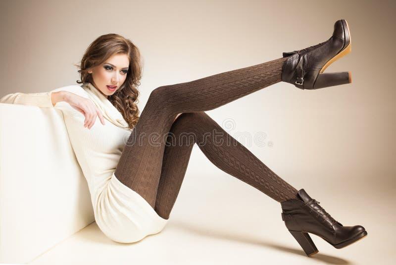 Piękna kobieta z długimi seksownymi nogami ubierał elegancki pozować w studiu fotografia royalty free