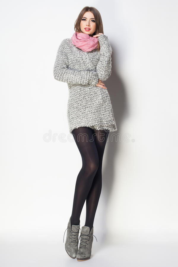 Piękna kobieta z długimi seksownymi nogami ubierał elegancki pozować w th zdjęcie stock