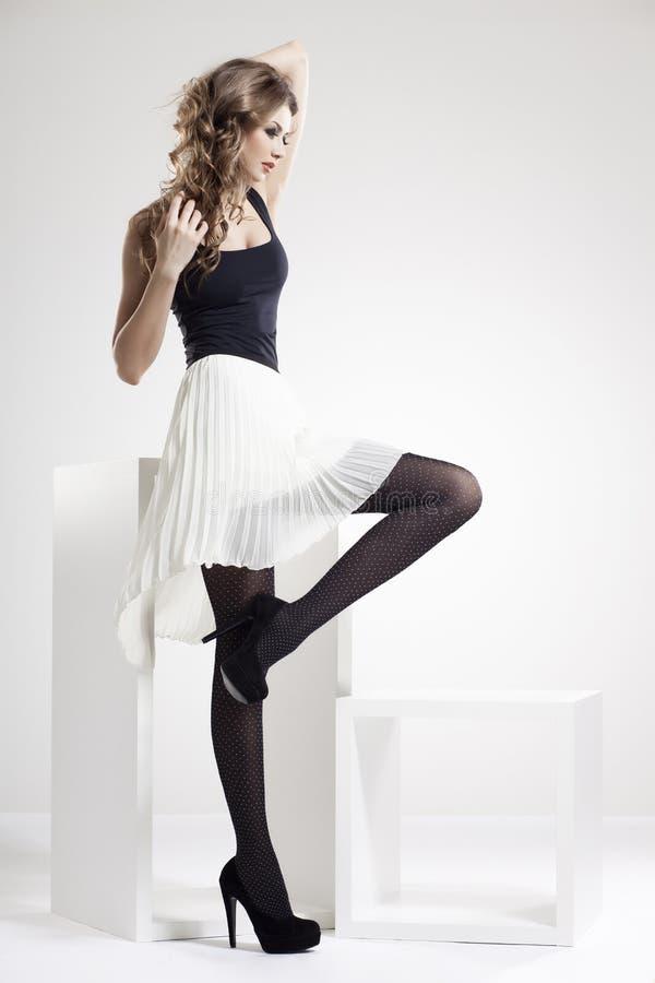 Piękna kobieta z długimi seksownymi nogami ubierał eleganckiego fotografia stock