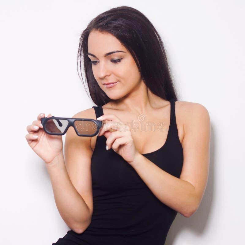Studio strzelający piękna kobieta z 3D glasess zdjęcia stock