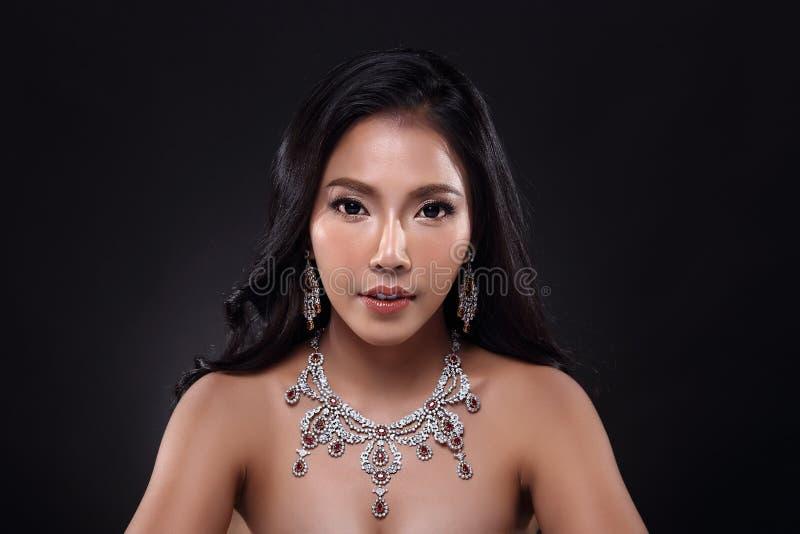 Piękna kobieta z Diamentową śliniaczek kolią dla Bożenarodzeniowego wakacje obraz stock