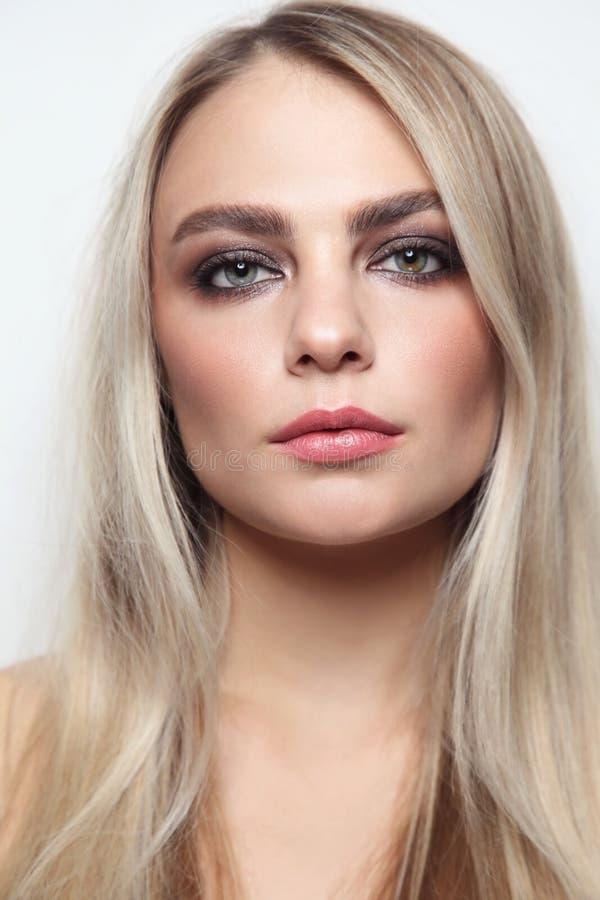 Piękna kobieta z dymiącym oko makijażem zdjęcia royalty free