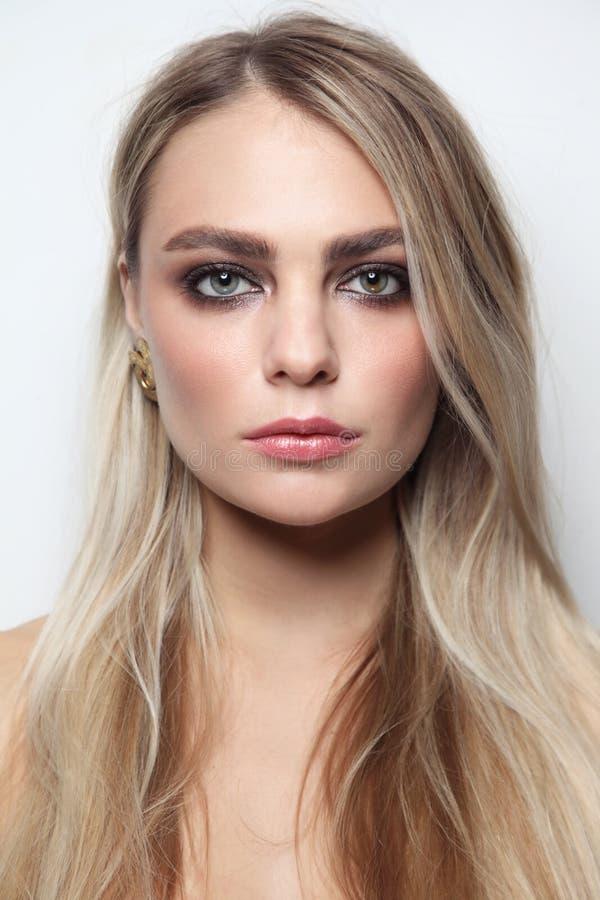Piękna kobieta z dymiącym oko makijażem obrazy royalty free