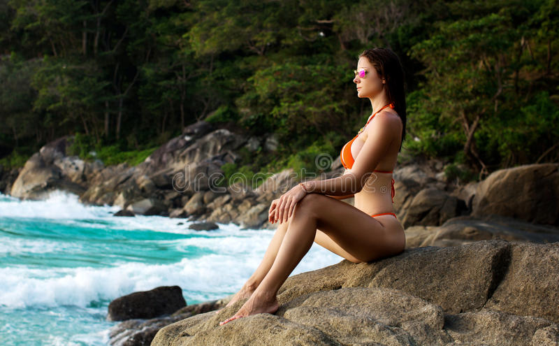Piękna kobieta Z Dysponowanym ciałem W Seksownym bikini, Tropikalna faleza zdjęcie stock