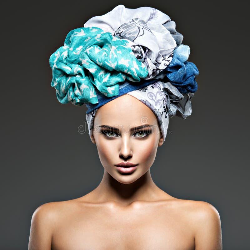 Piękna kobieta z hairs zawijającymi w turbanie fotografia royalty free