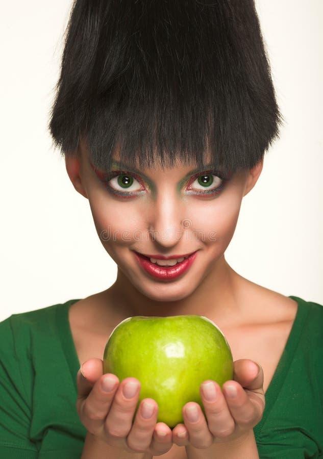 Piękna kobieta z jabłkiem zdjęcia stock
