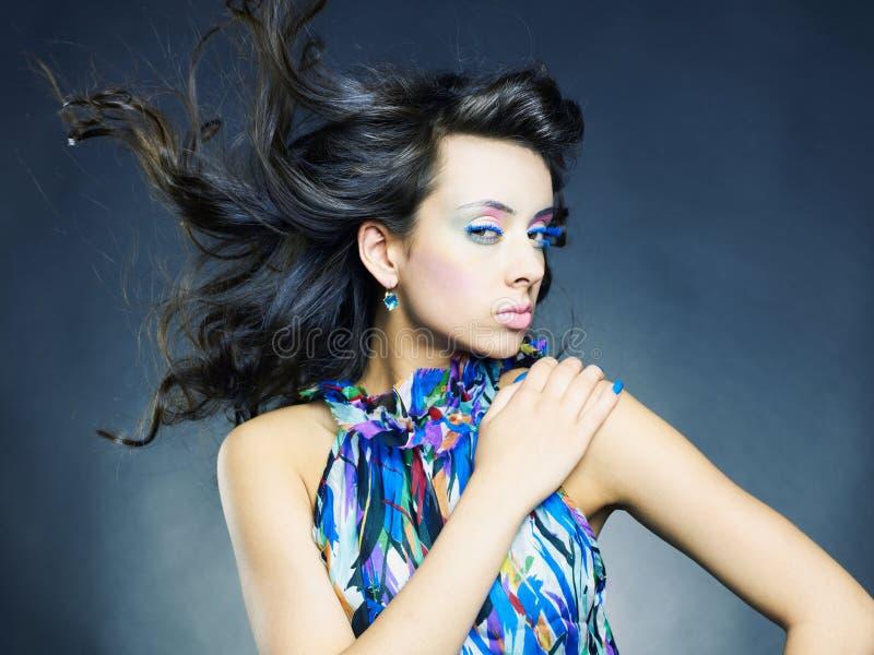 Piękna kobieta z jaskrawy makeup i manicure'em zdjęcie stock