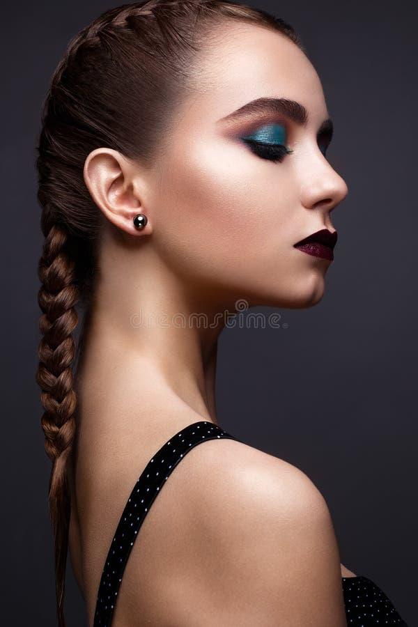 Piękna kobieta z jaskrawym kreatywnie makijażem Model z warkoczami i warga koloru marsalą obrazy royalty free