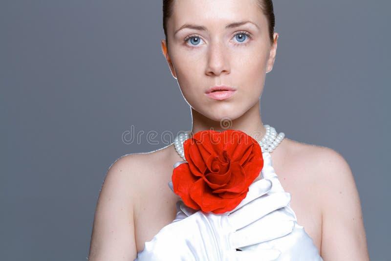 Piękna kobieta z jasną skórą, czerwieni różą i perl kolią, obrazy royalty free