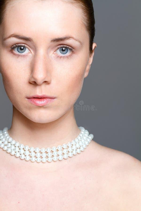 Piękna kobieta z jasną skórą i perl nacklace fotografia stock