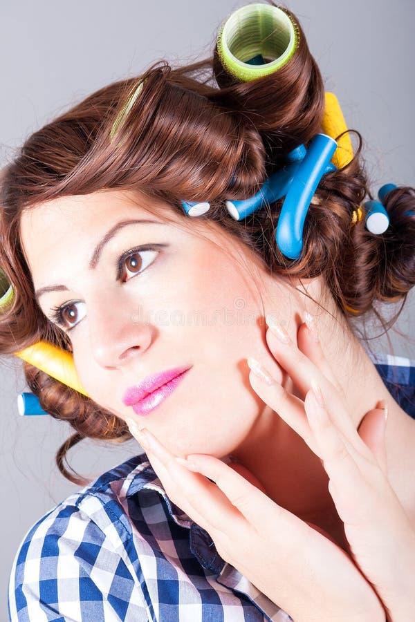 Piękna kobieta z kędzierzawym włosy zdjęcie royalty free