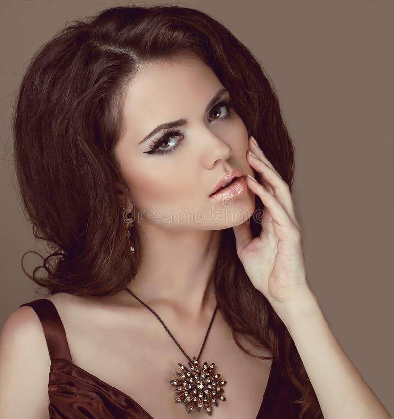 Piękna kobieta z kędzierzawym włosy i wieczór fotografia stock