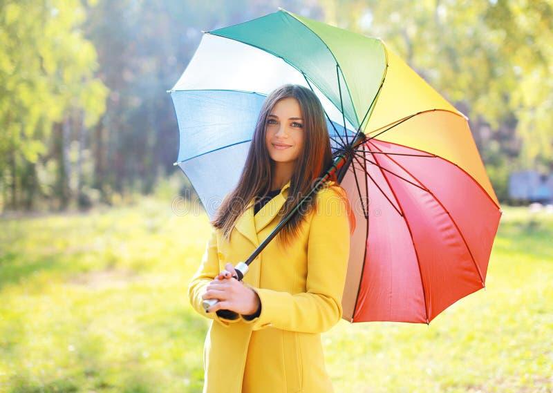 Piękna kobieta z kolorowym parasolem, ładny dziewczyny pozować fotografia royalty free