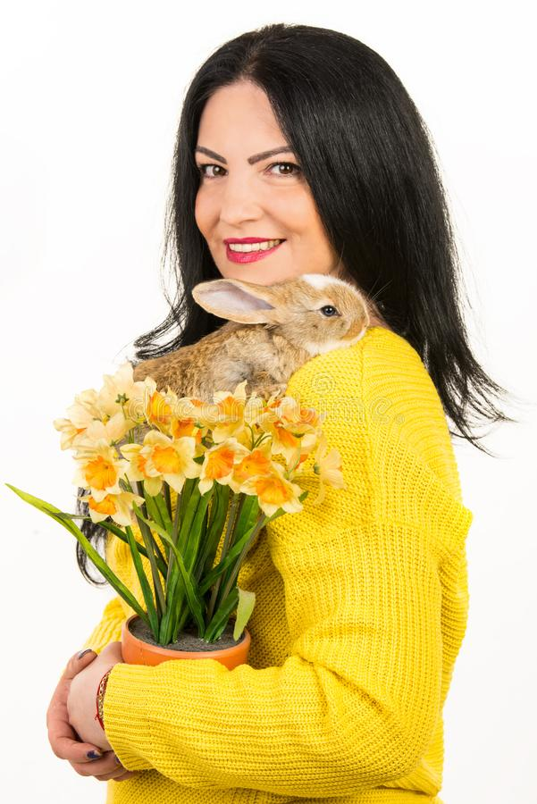 Piękna kobieta z królikiem i kwiatami obraz royalty free