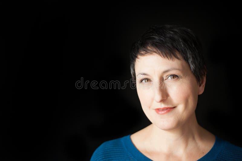 Piękna kobieta z Krótkim włosy na Czarnym tle obrazy stock