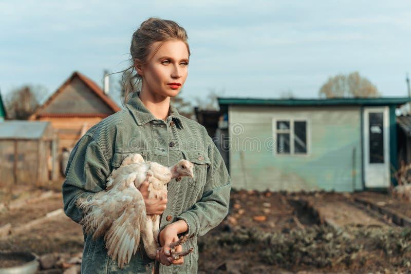 Piękna kobieta z kurczakiem w ona ręki obrazy royalty free