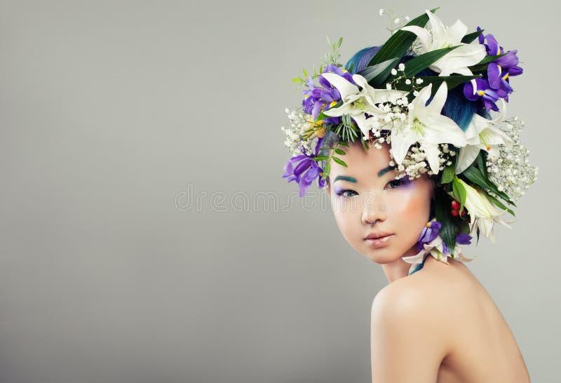 Piękna kobieta z kwiatami i mody Makeup zdjęcia stock