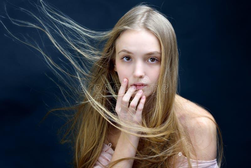 Piękna kobieta z latać długie włosy zdjęcia stock