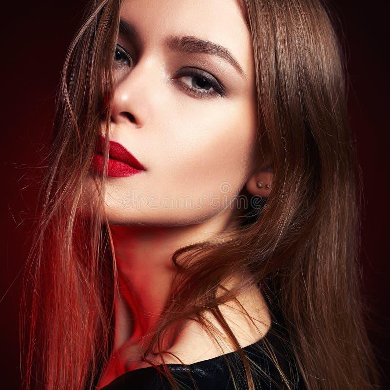 Piękna kobieta z Latać zdrowego włosy obraz royalty free